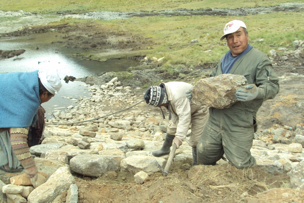 Mano a Mano staff and community volunteers working side by side on the Wirkini water reservoir (October 2015).