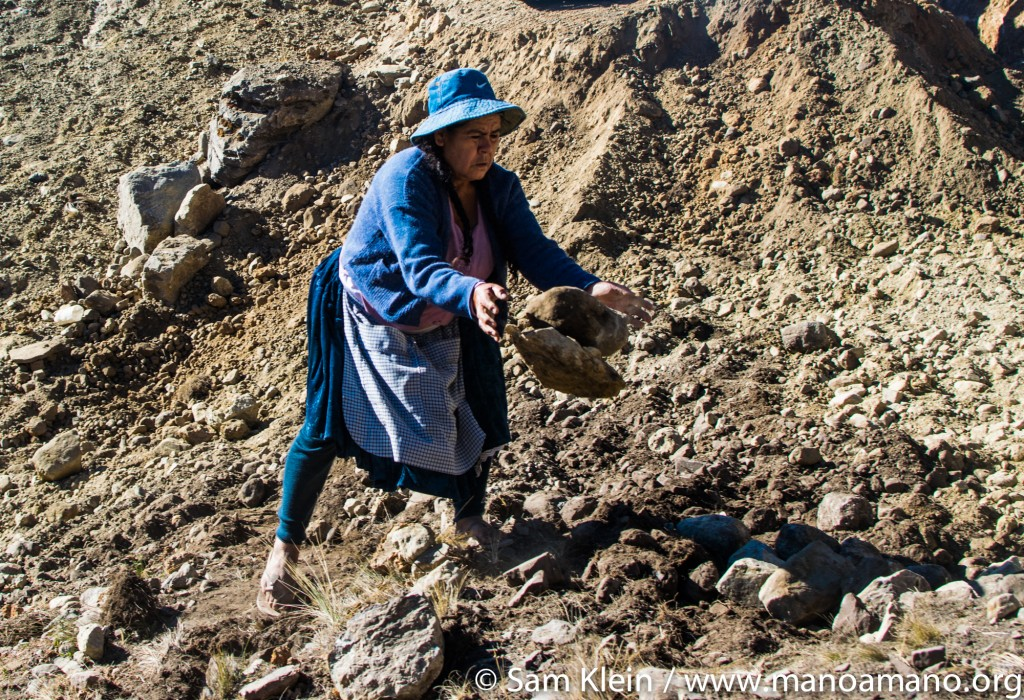 A local woman works on the Wirkini reservoir in 2016. The community is always actively involved in every Mano a Mano project.
