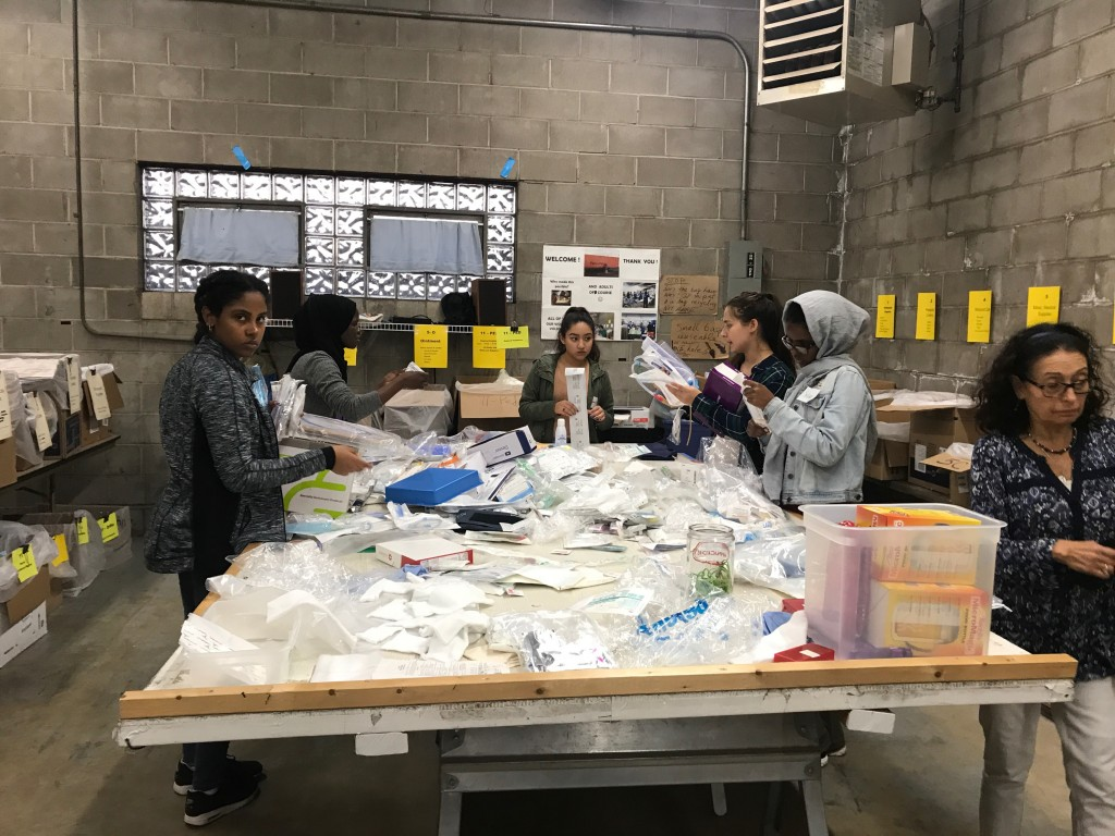 Volunteers in Action at Mano a Mano, October 3, 2017.